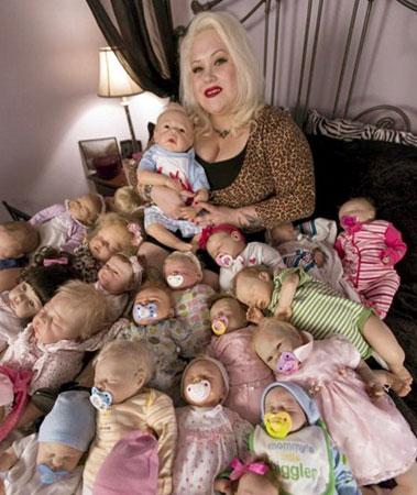 500 oyuncak bebeğiyle yaşayan onların saçlarını yıkayan parka götüren bu kadın hakkında ne düşünüyorsunuz?